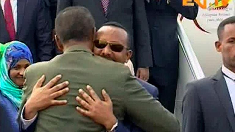 Etiopiens premiärminister Abiy Ahmed kramar om Eritreas president Isaias Afwerki.