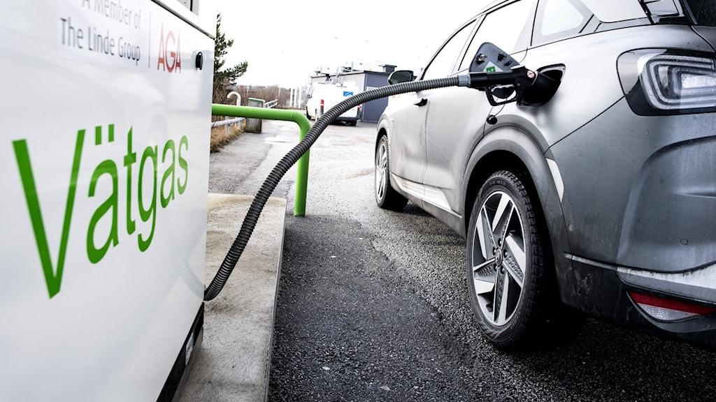 Vätgaspump tankar en bil.
