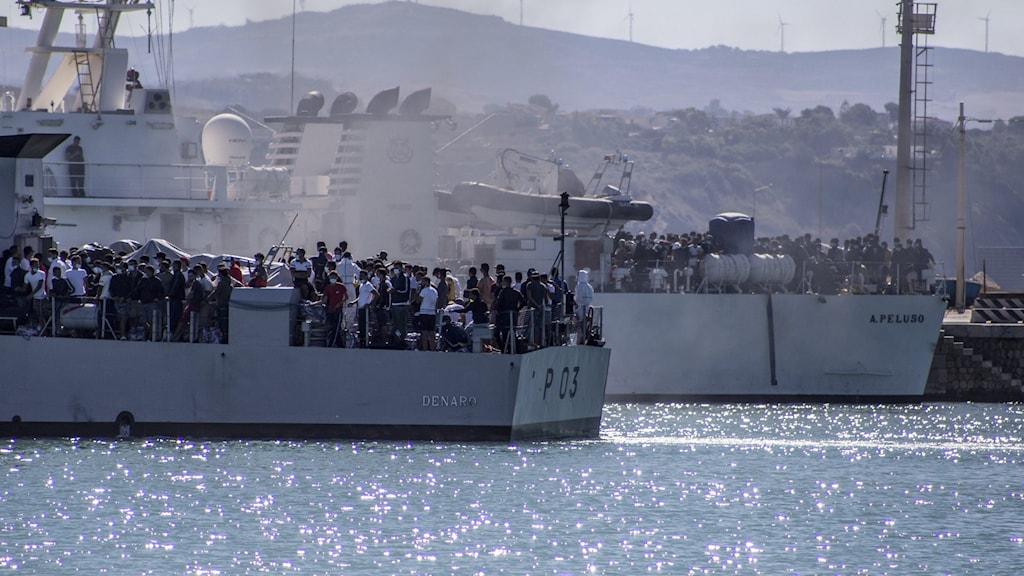 Båtar i hamn fulla med människor.