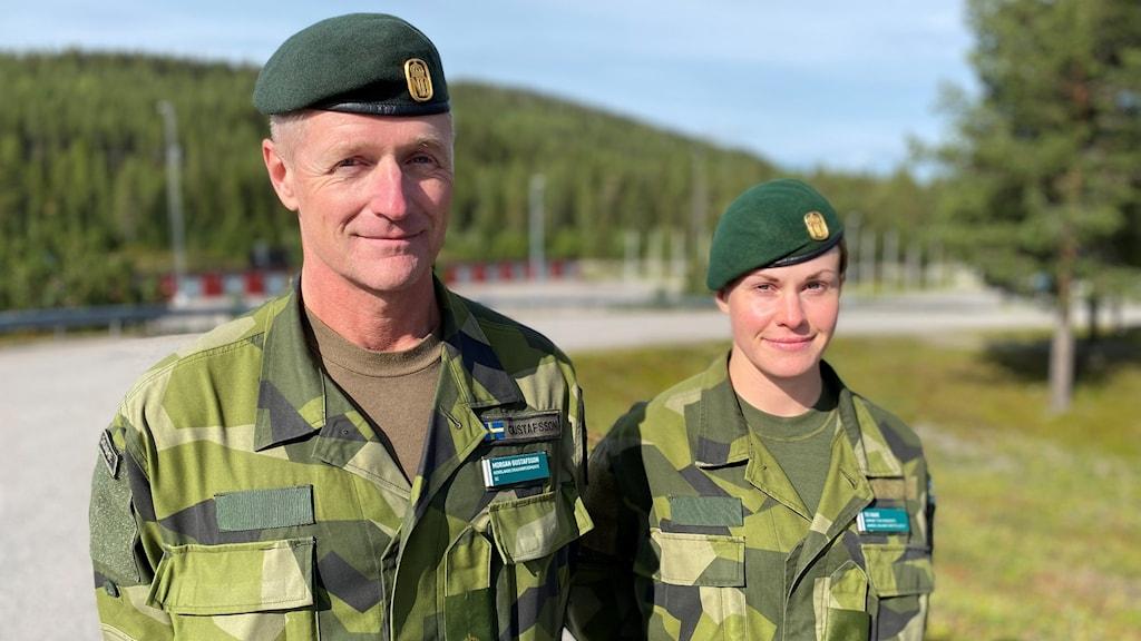 Morgan Gustavsson och Caroline Haak i militärkläder