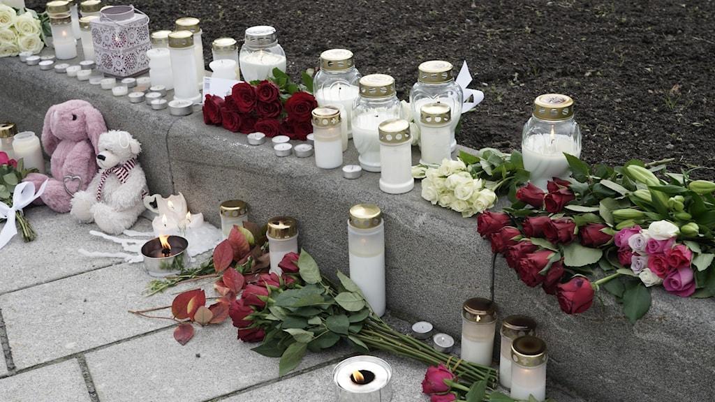 Blommor och ljus i Kongsbergs centrum efter att fem personer dödats.