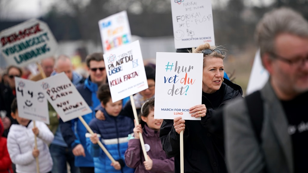 Ett hundratal personer marscherade på lördagen  för vetenskapen mellan forskningsanläggningarna Max IV och ESS i Lund. Luleå, Lund och Stockholm var bland de över 230 orter där det i dag ordnades en marsch för vetenskapen.