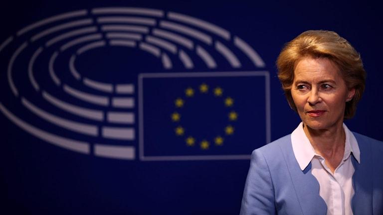 Kvinna framför en EU-symbol.