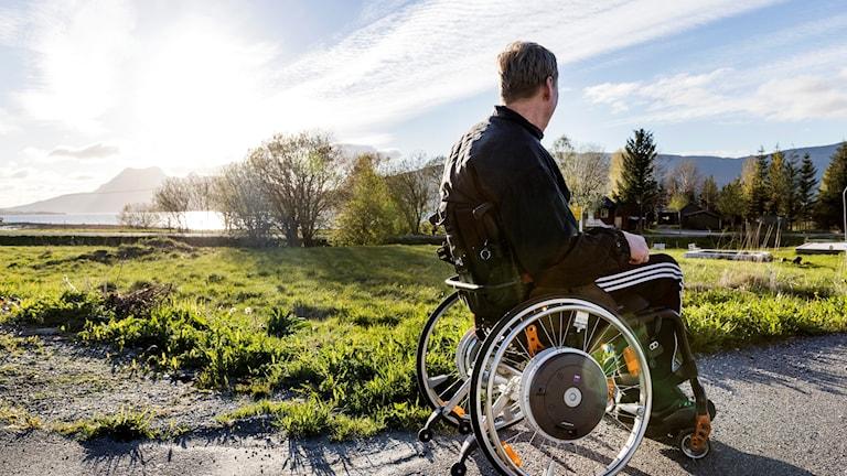 En man i rullstol