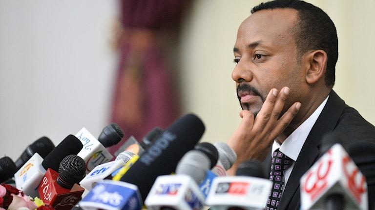 Etiopiens president Abey Ahmed framför mängder med mikrofoner i samband med en presskonferens.