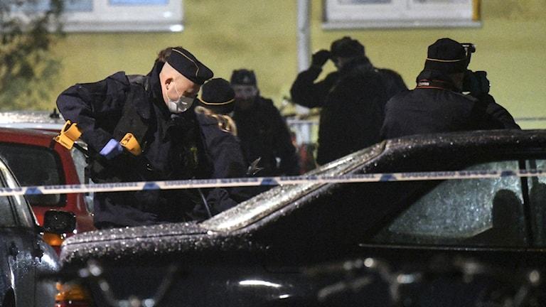 Bilden visar poliser som arbetar vid en bil i området Seved i Malmö, där en man hittades skjuten på kvällen den 14 november 2016. Mannen dog senare på sjukhus. Det var det elfte mordet i år i Malmö. Foto: Johan Nilsson/TT.