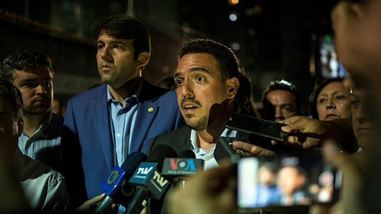 Nationalförsamlingens Stalin Gonzalez pratar med journalister efter gripandet av Edgar Zambrano.