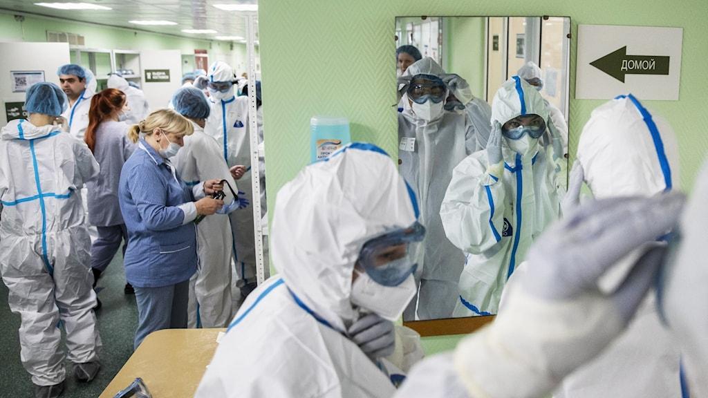 Sjukvårdspersonal på Filatov-sjukhuset i Moskva. Sjukhus i större städer är i regel bättre rustade än de i mindre samhällen.