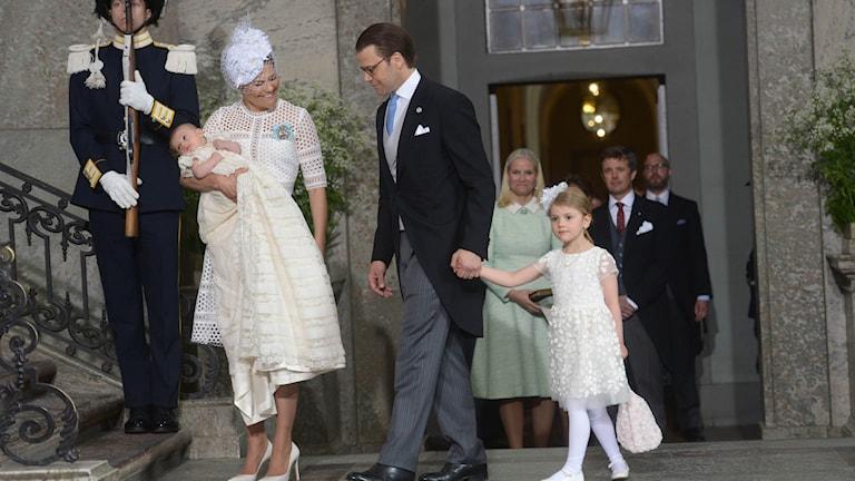 Kronprinsessan Victoria, prins Daniel och prinsessan Estelle anländer med prins Oscar inför prinsens dop i slottskyrkan på Stockholms slott.