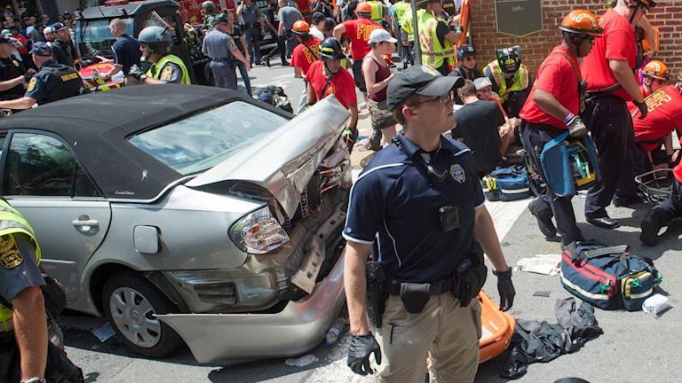 Stökigt i Charlottesville efter en bil körde in i en folkmassa