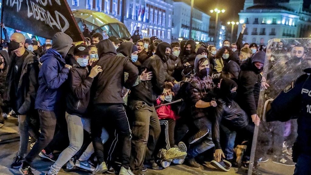 Polis sammandrabbar med demonstranter