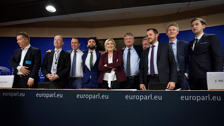 Alla medlemmar av den ny partigrupp Identitet och demokrati.