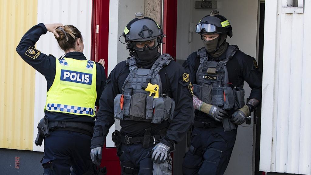 """Polisens förstärkta regionala insatsstyrka under en insats i Malmö i april. Insatsen gick under namnet """"Operation Norrsken"""", och var en del av den nationella polisinsatsen Rimfrost."""