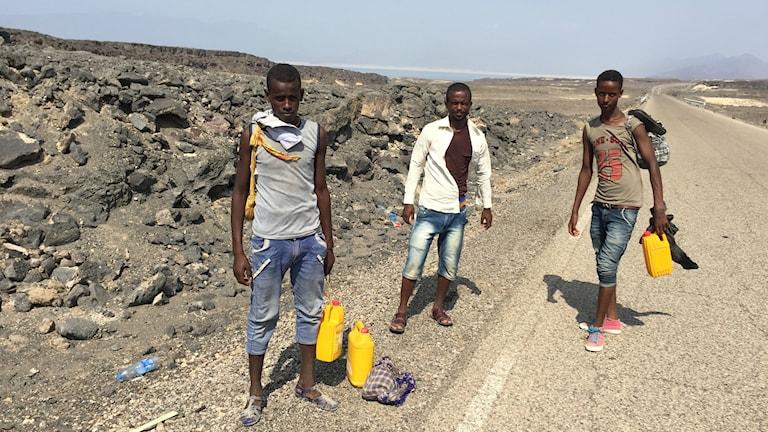 Hassan från Etiopien har med sina tonåriga följeslagare gått 5 dar utan mat längs ökenvägar för att nå en kuststad i Djibouti