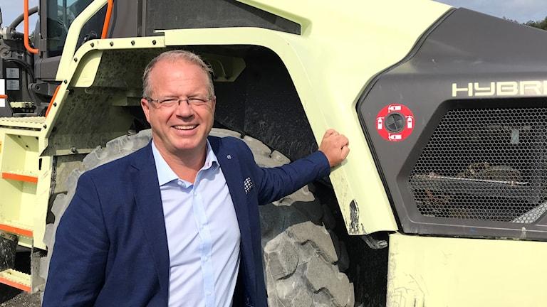 Martin Lundstedt vd AB Volvo framför en grön hjullastare