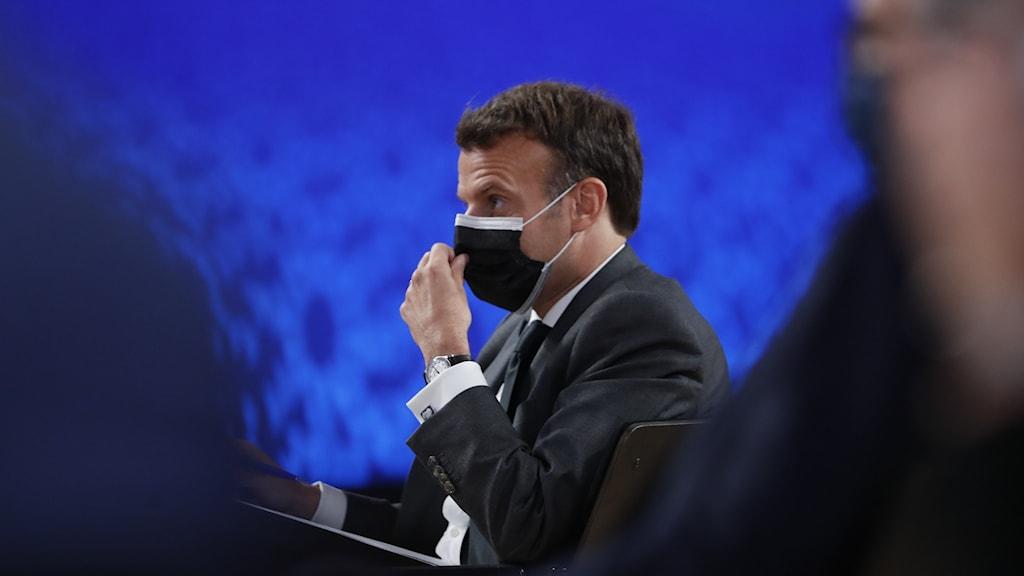 macron med munskydd på toppmöte.