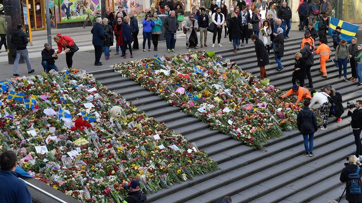 Blommorna vid minnesplatsen för attentatet på Drottninggatan monterades på söndagsmorgonen ner och läggs i stället i trappan ner mot Sergels Torg.