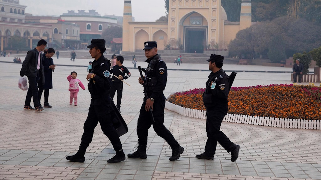 Säkerhetspersonal som patrullerar utanför Id Kah-moskén i Xinjiang. Foto: Ng Han Guan/TT.