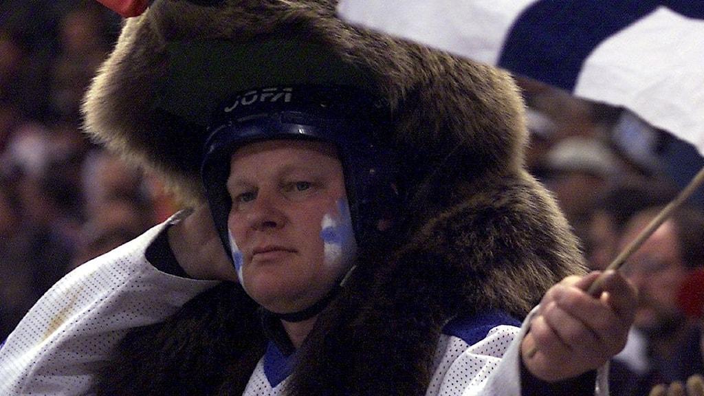fisnk hockeysupporter med flagga
