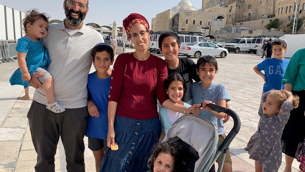 Israelisk familj vid Klagomuren i Jerusalem