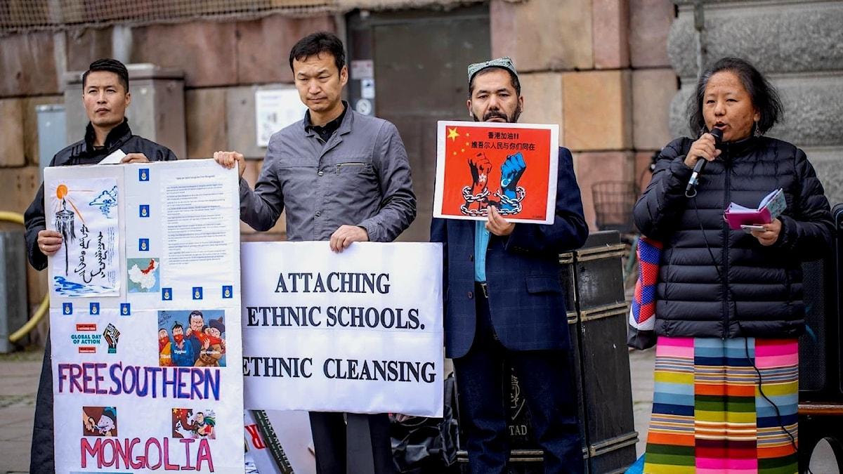 Fyra aktivister demonstrerar i Stockholm mot gripandet av oliktänkande i Inre Mongoliet i Kina.