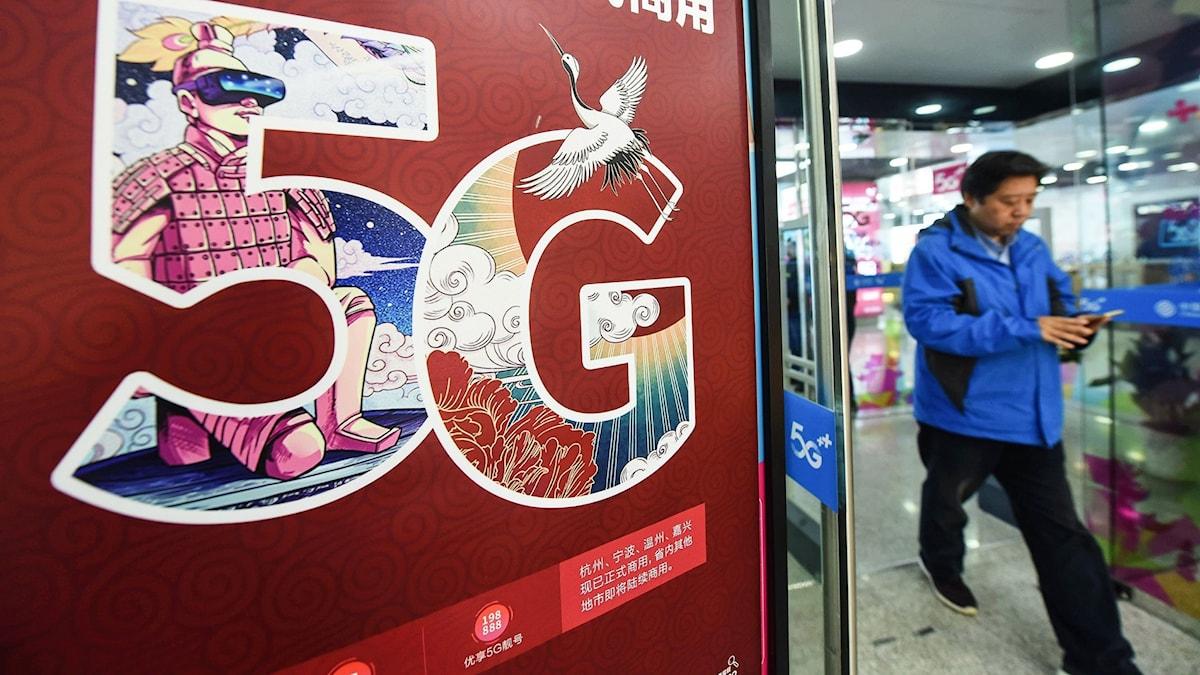En skylt som gör reklam för 5G-nätet utanför en butik i Hangzhou i Zheijangprovinsen, östra Kina.