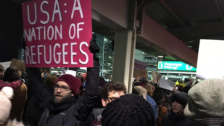 Protester vid JFK flygplatsen i New York.