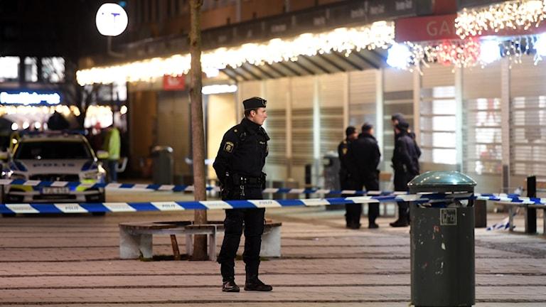 Polis vid mordplatsen. Foto: Fredrik Sandberg/TT