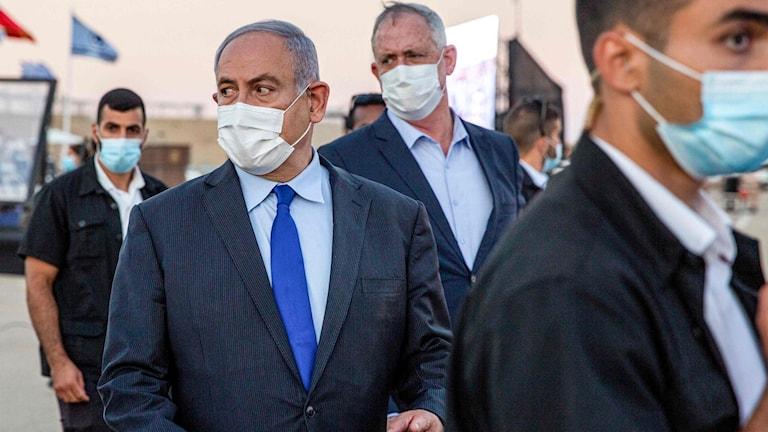 Israels premiärminister Benjamin Netanyahu tillsammans med försvarsminister Benny Gantz.