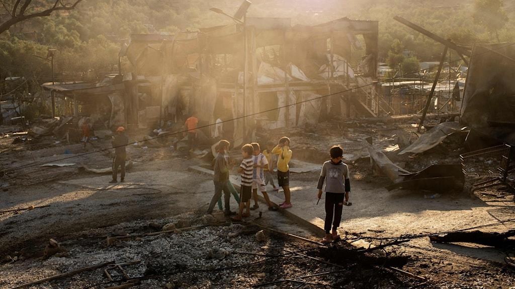 Barn i ruinerna efter Moriabranden