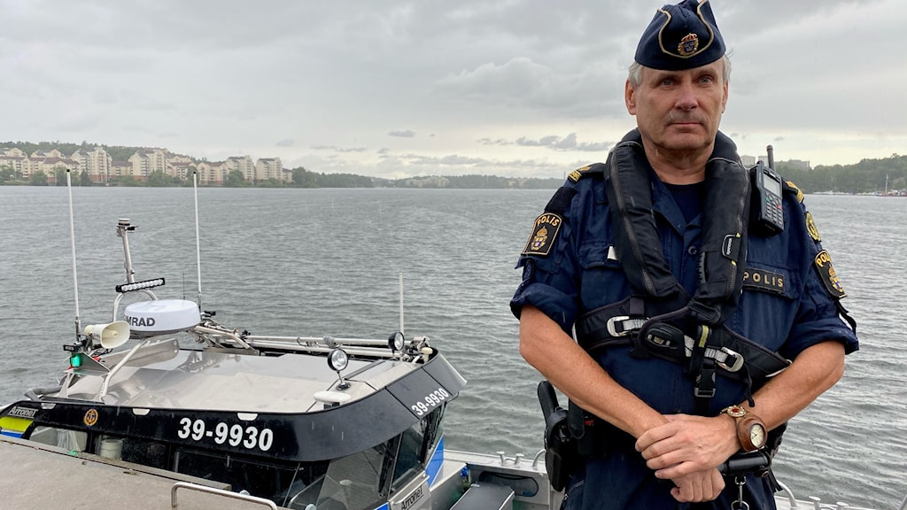 Mikael Olofsson, Sjöpolisen i Stockholm, står vid bryggan längs Hornsbergs strand