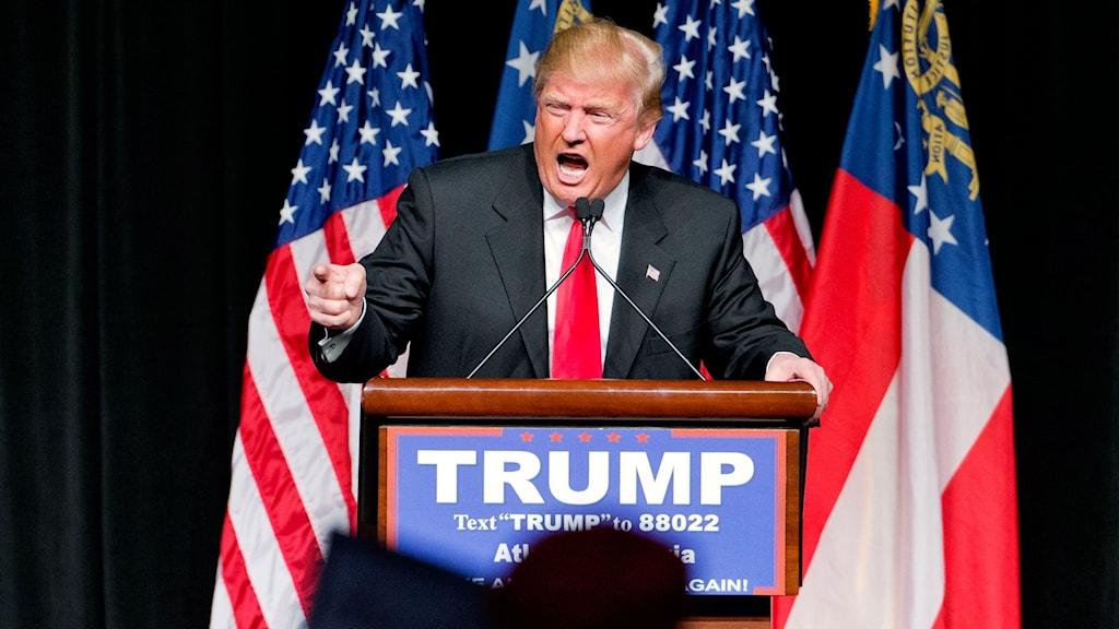 Donald Trump i talarstolen under sin presidentvalskampanj.