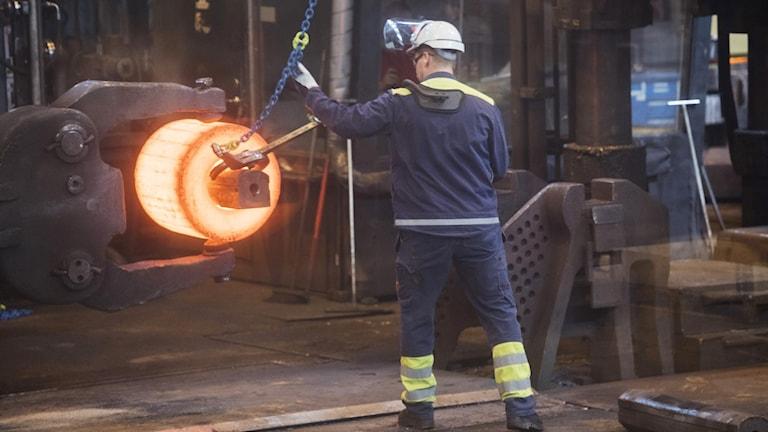 Ett stycke glödgat stål formas till en del som skall bli en del av ett lager i ett vindkraftverk på Ovako stålverk i Hofors (arkivbild). Foto: Fredrik Sandberg/TT.