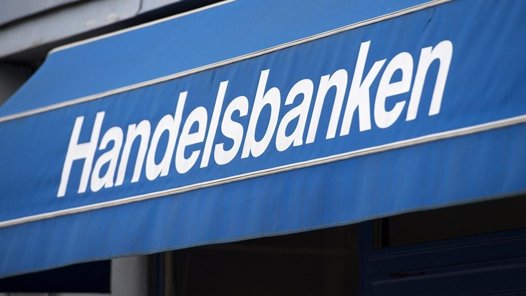 Bild på jalusi där det står handelsbanken.