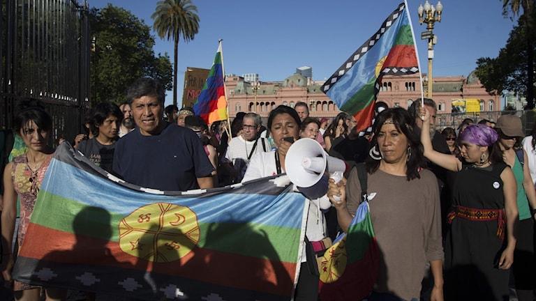 Personer med flaggoroch banderoller.