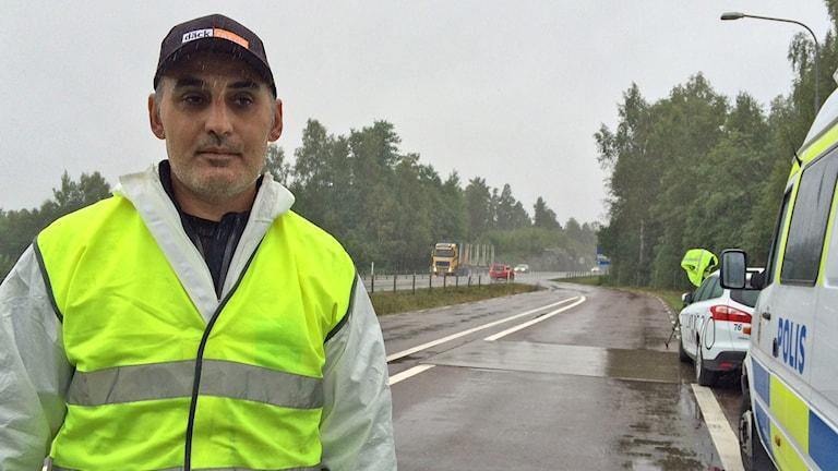 Mehdi Wijk, kontrollant vid däckrazzian i Grums. Foto: Laila Carlsson/Sveriges Radio.
