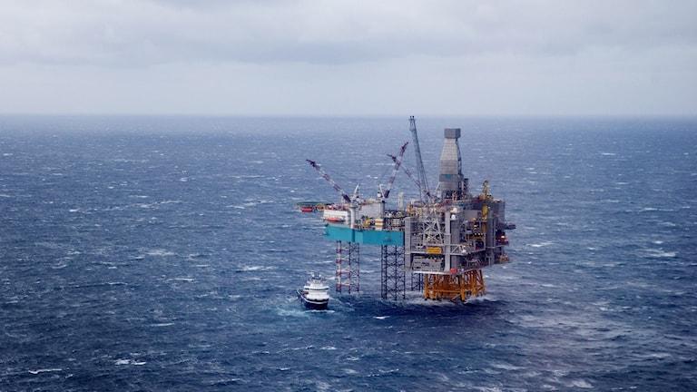 flygbild över hav med oljeplattform
