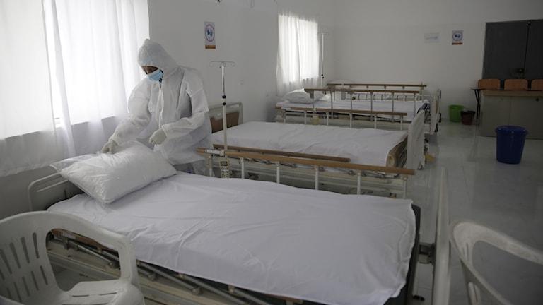 En vårdanställd vid en nyöppnad karantänavdelning vid ett sjukhus i Sanaa, Jemen.