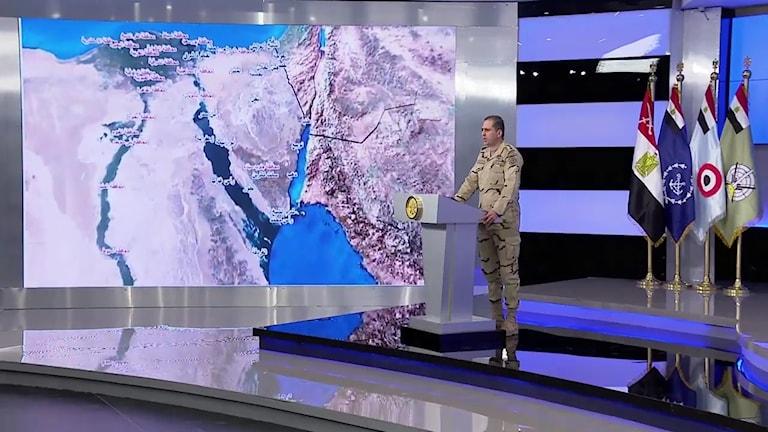 Militär står framför en karta över Sinai.