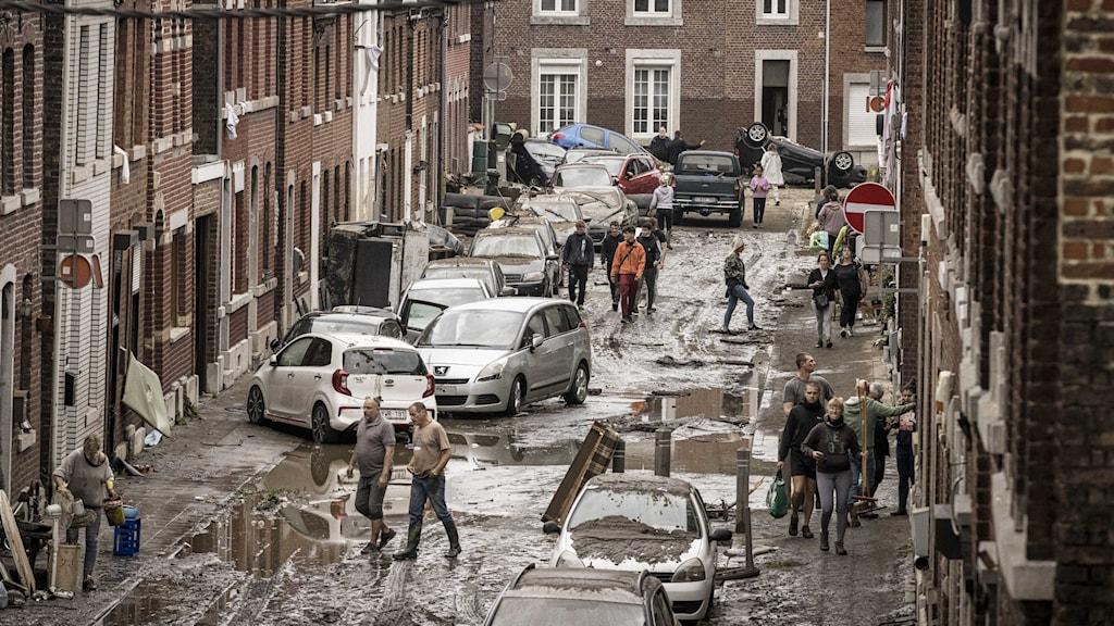 En översvämmad gata i Chenee i området runt Liège i Belgien.
