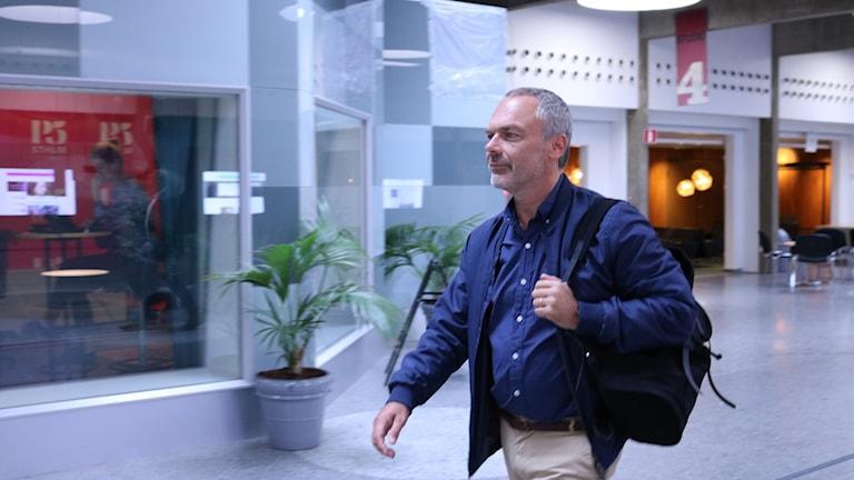 Jan Björklund anländer till Sveriges Radio