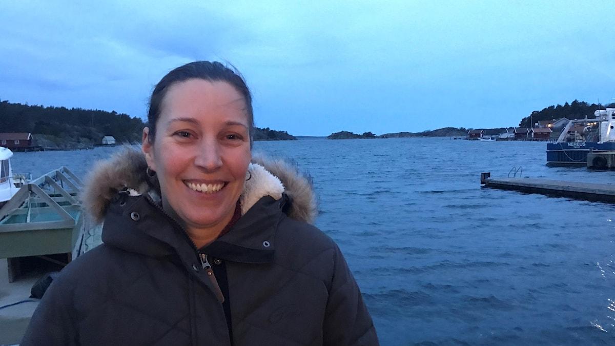 Åsa Strand, marinbiolog och projektledare på IVL, står vid havet på en brygga.
