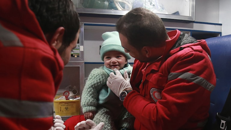 Barn evakueras från det krigsdrabbade östra Ghouta i Syrien.