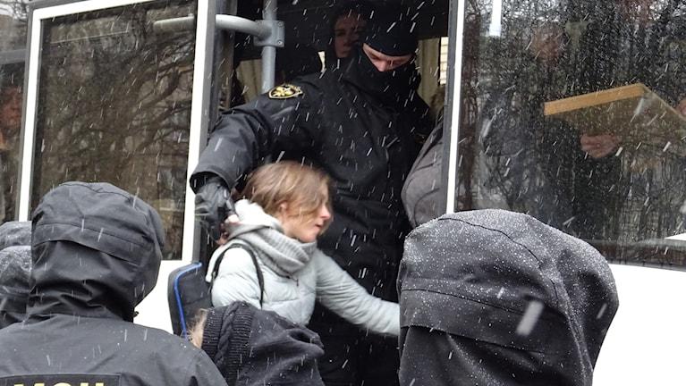 Gripna av antiterroristpolisen människorrättsaktivister från Vjasna fördes in i bussar.
