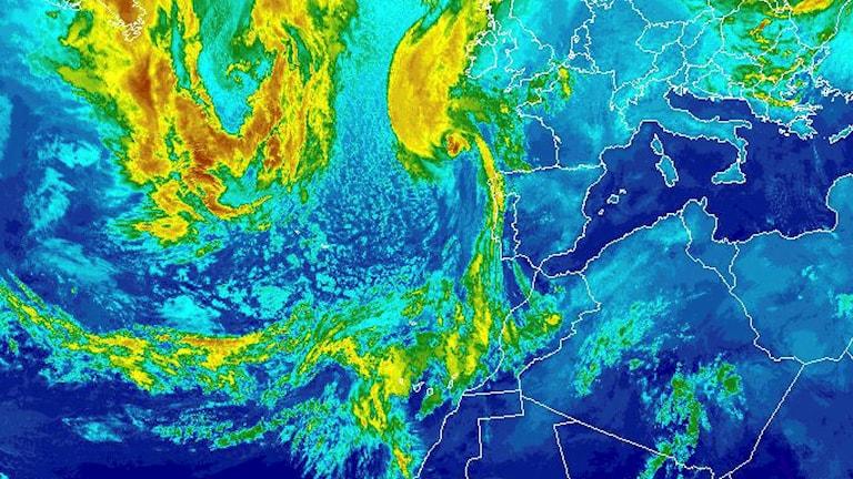 En satellitbild från National Oceanic and Atmospheric Administration som visar Ophelia under söndagen. Oceanic and Atmospheric Administration/TT.