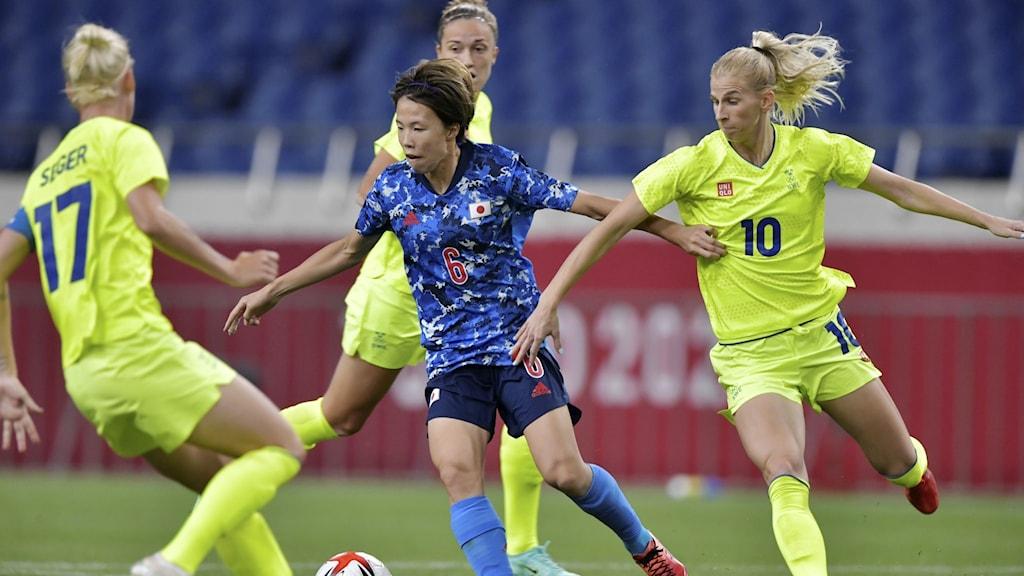Svenska och japanska spelare under kvartsfinalen.