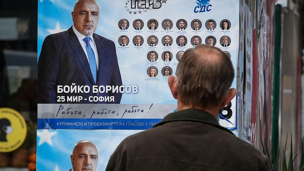 En man vid en valaffisch med Boyko Borissov.