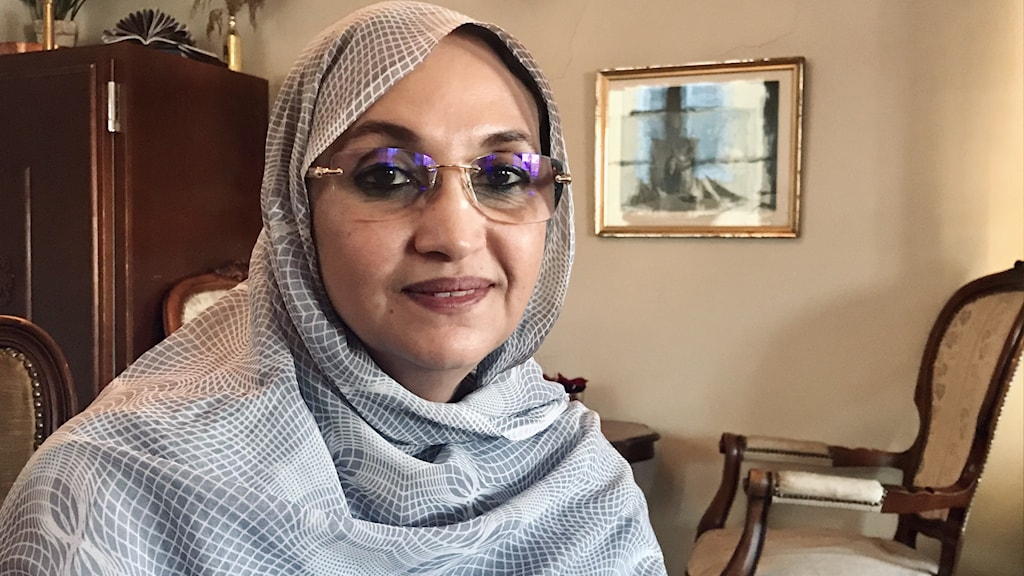 Kvinna i glasögon och hijab.