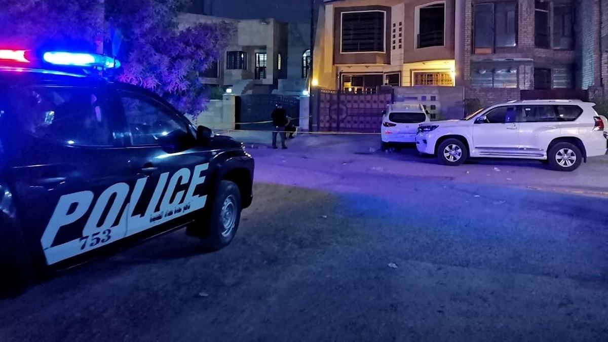 Bild på en polisbil utanför den irakiske IS-experten Hisham al-Hashimis hem i Bagdad.