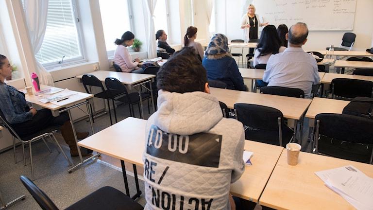 Asylsökande lär sig svenska på ett utbildningscenter för Sfi, svenska för invandrare i Täby.
